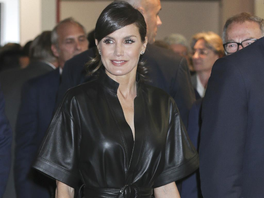 Letizia d'Espagne est apparue sublime dans une robe en cuir et des escarpins beiges, à l'inauguration du 38e Salon international d'art contemporain à Madrid le 28 février 2019.