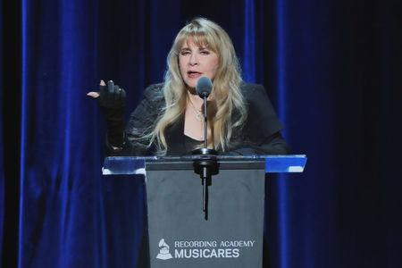 Por Alex Dobuzinskis LOS ANGELES (Reuters) - A cantora Stevie Nicks, do Fleetwood Mac, e a banda de glam metal Def Leppard lideraram votações entre fãs nesta terça-feira para inclusão no Hall da Fama do Rock & Roll, ultrapassando os 13 outros indicados elegíveis para uma vaga na história da música. Nicks e a banda britânica Def Leppard estavam entre os 15 representantes de diversos estilos anunciados como indicados, incluindo o cantor e compositor country John Prine, o grupo de funk Rufus, formado em Chicago e que contava com Chaka Khan, e os roqueiros do Rage Against the Machine. ...